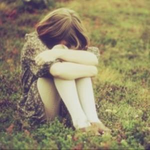 女生抱膝落寞图片头像