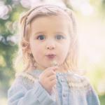 唯美可爱手拿蒲公英儿童头像图片