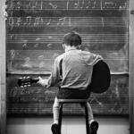 弹吉他黑白背影男生头像图片