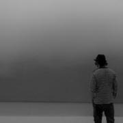微信伤感背影黑白头像男生 真人伤感黑白头像男生孤独背影图片