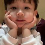 韩版萌娃头像 高清可爱双手撑下巴的韩国萌娃头像图片