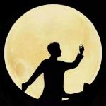 背景是月亮的男头 高清有意境月亮下帅气的男生头像图片