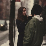 唯美雪中情侣头像 高清牵手拥抱浪漫的雪中情侣头像图片