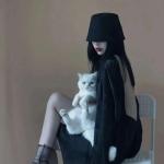 真人女生抱宠物头像高清图片 高冷 御姐