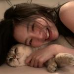 温柔女头像抱宠物真人 高清抱宠物的个性女头像图片