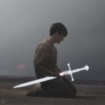 安静孤独拿剑男生头像图片