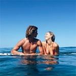 高调甜蜜欧美情侣头像图片 海边亲吻黑白系列欧美双人头像